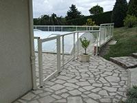 Barrière et portillon de piscine habillage plexiglas