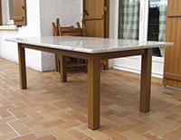 Table couleur ton bois dessus granit