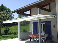 Ensemble de terrasse avec poteaux, support de banne et vitrage latéral en alu