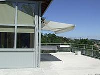 Paroi latérale vitrée en alu pour terrasse extérieure avec store