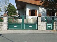 Portail coulissant et portillon Amboise forme chapeau de gendarme