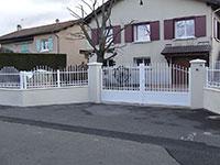 Portail pivotant Amboise avec barrières de clôture Anet forme bombé